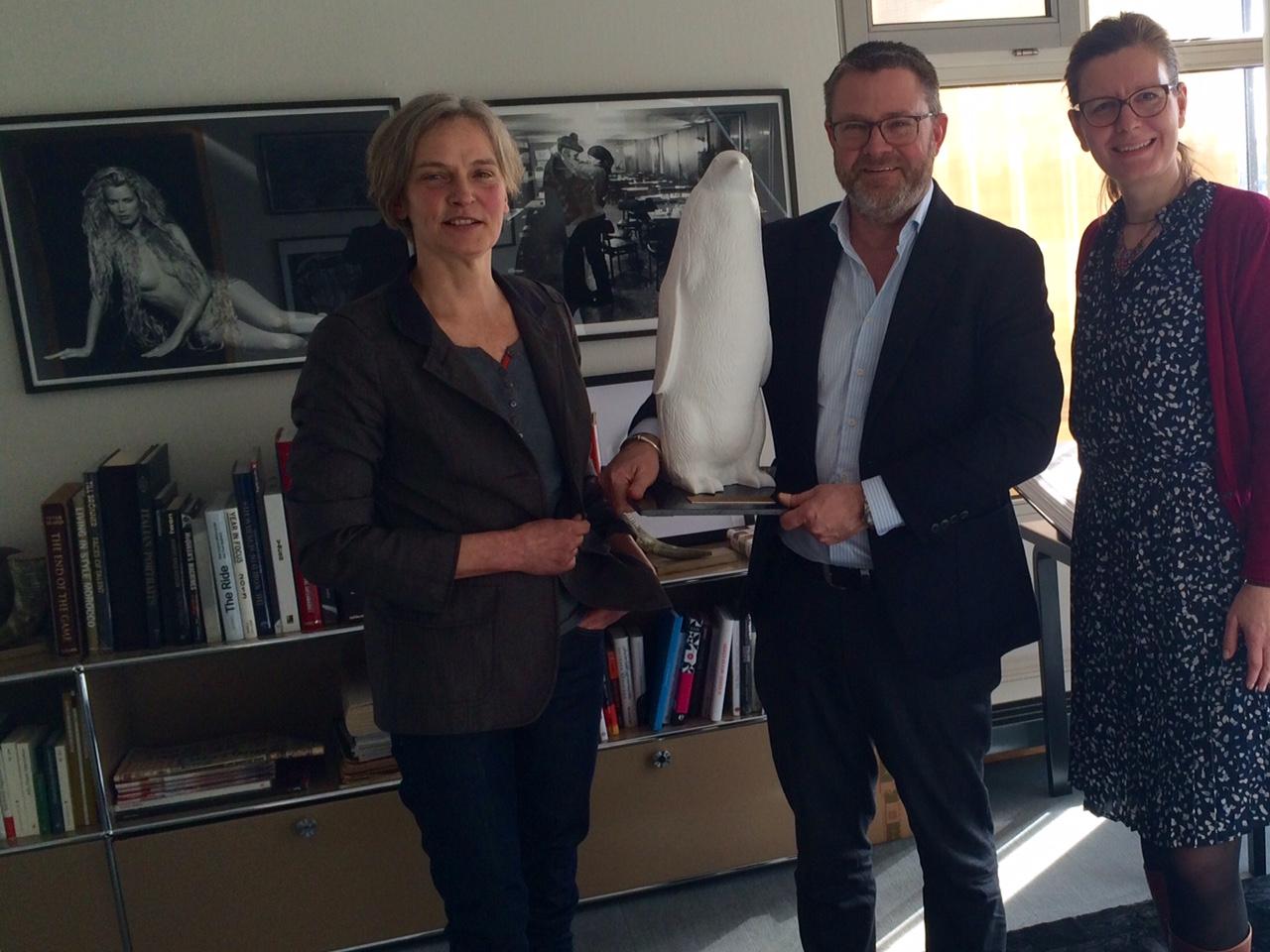 Christian Krug bekommt Preis mit Gefühl - Pinguin von Pro Quote